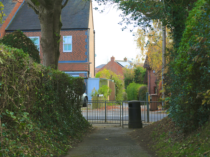 Cross road to Halfpenny Lane