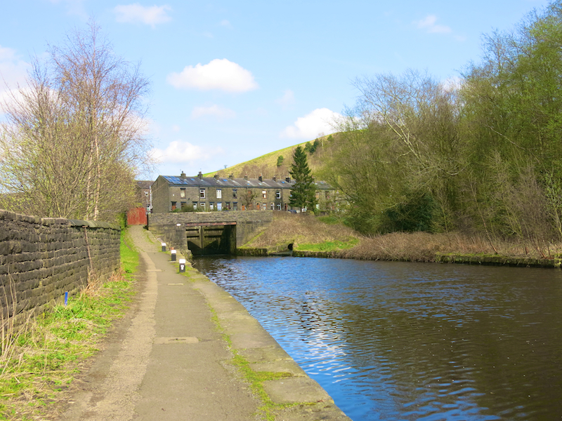 Lb14a Left along towpath